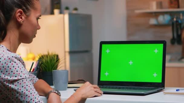 Freelancer se dívá na zelený monitor