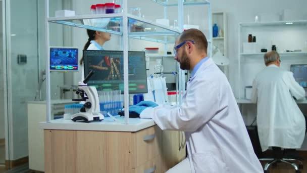 Multiethnisches Wissenschaftlerteam arbeitet im medizinischen Labor