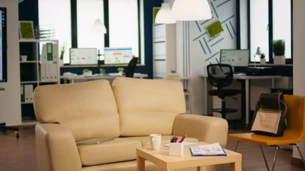 Interiér útulný světlý firemní pokoj s malým stolem a pohodlnou pohovkou