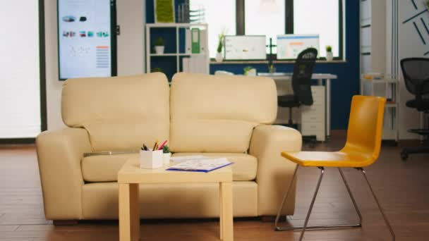 Moderní business relax zóna interiér s confortable gauč