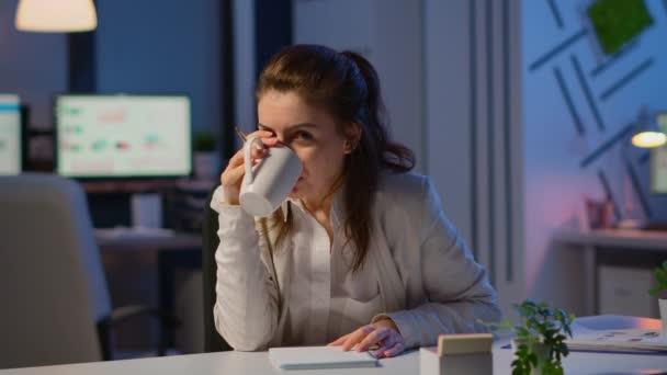 Podnikatelka diskutuje během videokonference o půlnoci