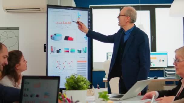 Starší výkonný ředitel CTO prezentující statistická data