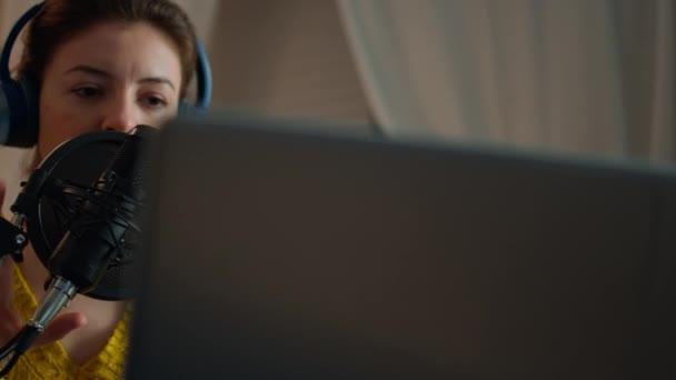 Žena kontrola zvuku před nahráním podcastu v domácím studiu