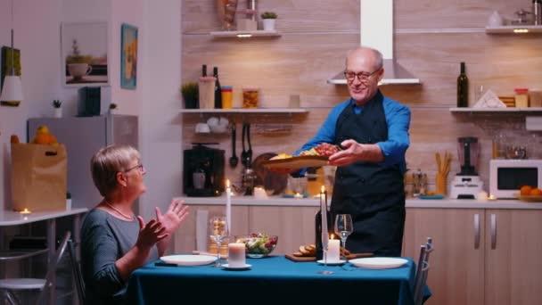 Rentner beim Abendessen