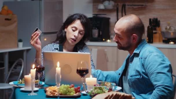 Nakupování online na večeři na notebooku