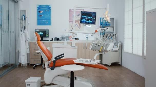 Leere Zahnarztpraxis für Kieferorthopädie mit niemandem im Haus