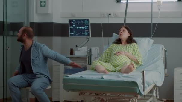 Frau mit Schwangerschaft und schmerzhaften Wehen auf Krankenhausstation