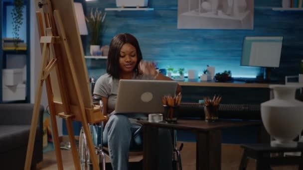 Schwarzer Künstler mit Handicap tippt auf Laptop