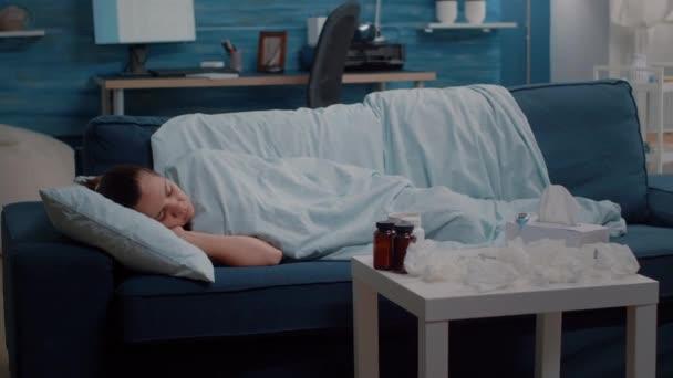 Kranke Person schläft in Decke gehüllt
