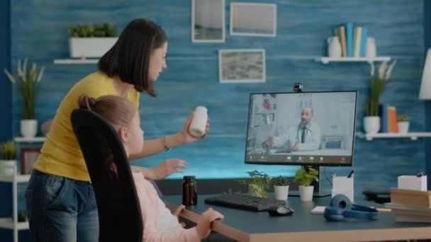 Mutter nutzt Videoanruf bei Arzt für medizinische Behandlung
