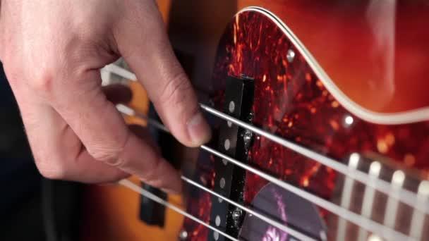 muži hraje na kytaru v hudební studio