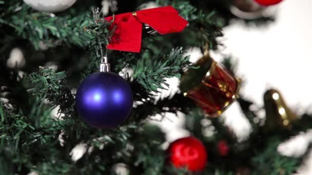 Frohe Weihnachten. Baum mit Weihnachtsschmuck und -schmuck