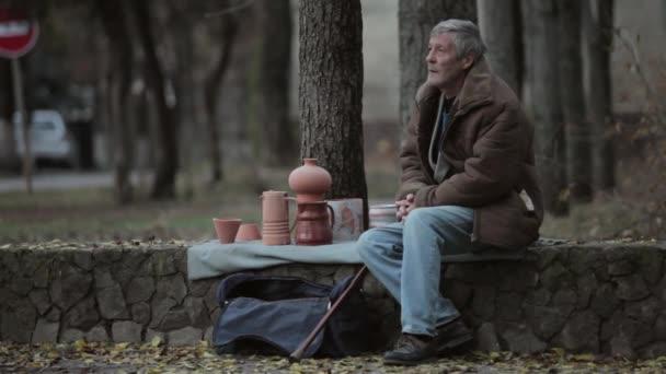 Segít egy idősebb férfi, fiatal férfiak