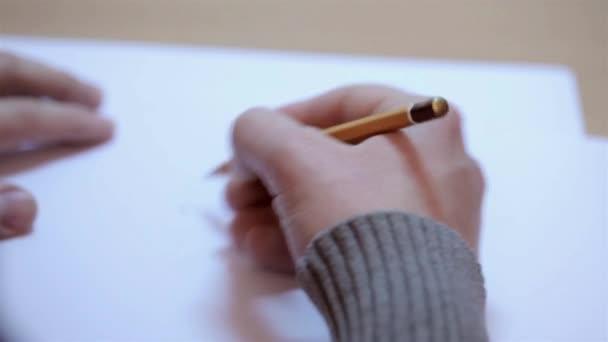 Muži kreslení náčrtků na list papíru