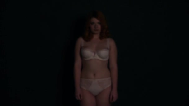 Sexy holka v podprsence s velká prsa na černém pozadí