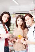 Fotografie Drei Frauen in der Apotheke