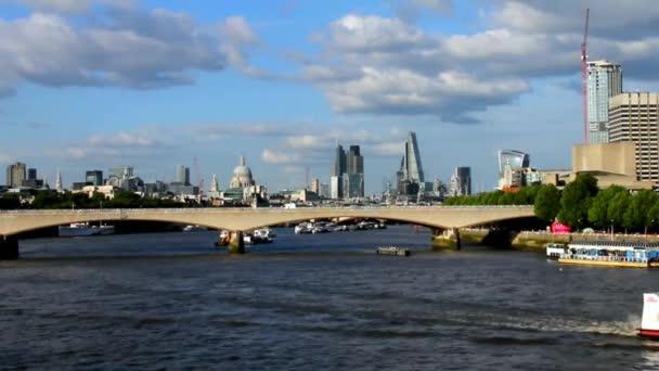 A londoni City késő délutáni fényben a Hungerford Bridge-idő telik el