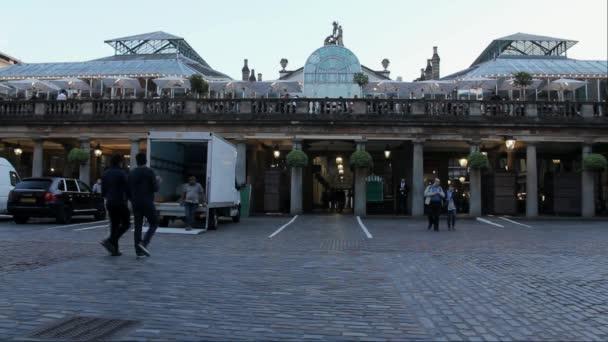 Pohled na trhu Covent Garden v Londýně na večer. Londýn