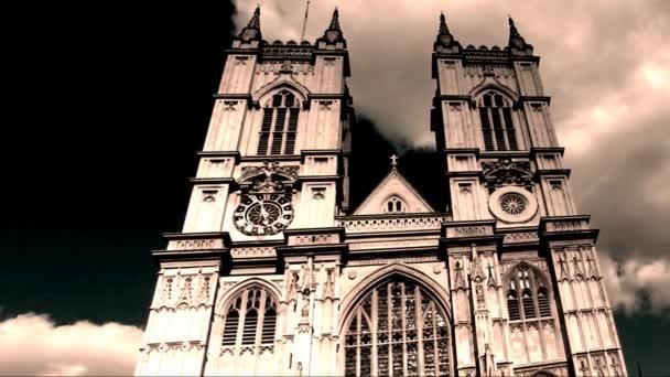 Univerzitní kostel sv. Petra ve Westminsterském opatství v době západu slunce. Černá a bílá barva