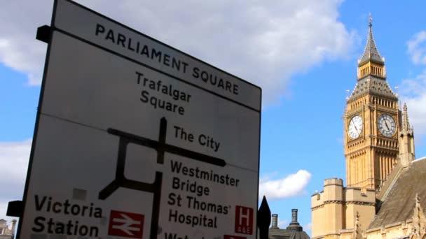 Dopravní značka na Big Ben, Westminster pozadí, Londýn. Velká Británie