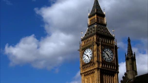 Big Ben v Westminster na pozadí modré oblohy, Londýn. Velká Británie