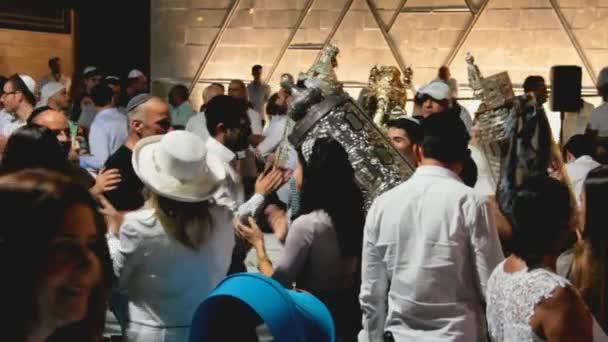 Männer tanzen mit Bibel Schriftrollen während der Zeremonie der Simhath Tora mit sound
