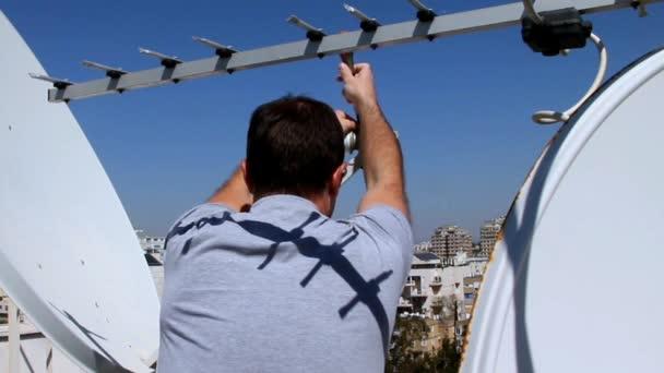 Techniker Einstellen Einer Satelliten Fernsehen Platte Stockvideo