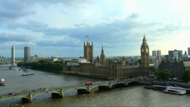 Városképet gazdagító épületnek szánták og londoni felhős nyári este
