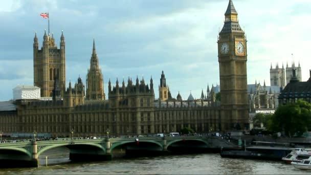 Panoráma města og Londýn na letní večer oblačno