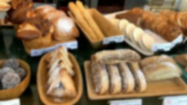 Különböző és ízletes sütemények homályos látványa a pékség kirakatán