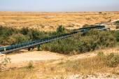 Velké vodní potrubí v Negevské poušti. Izrael