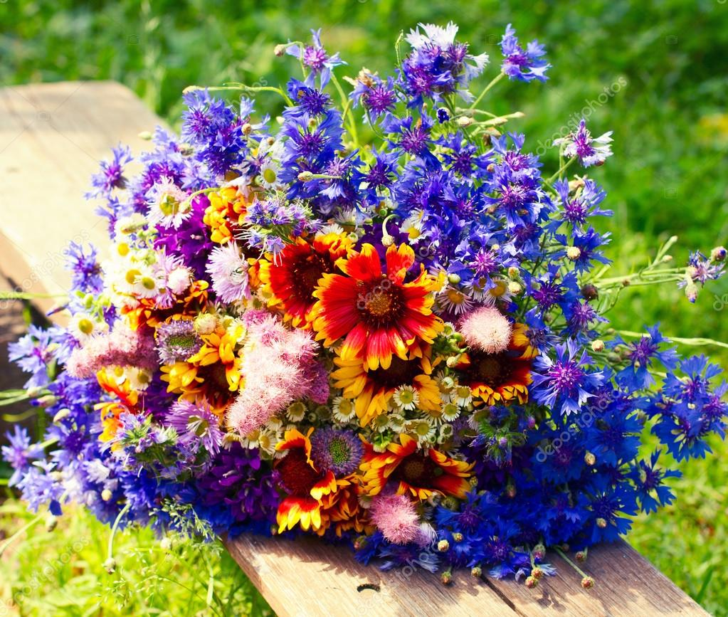 Mazzo Di Fiori Di Campo Immagini.Beautiful Bouquet Of Bright Wildflowers Stock Photo C Victoreus