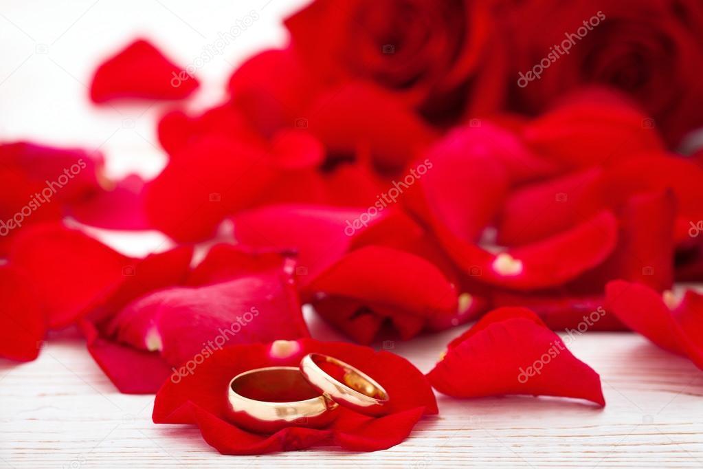 6364ff42946f Anillos de boda y boda ramo de flores de pétalos de rosas rojas– imagen de  stock