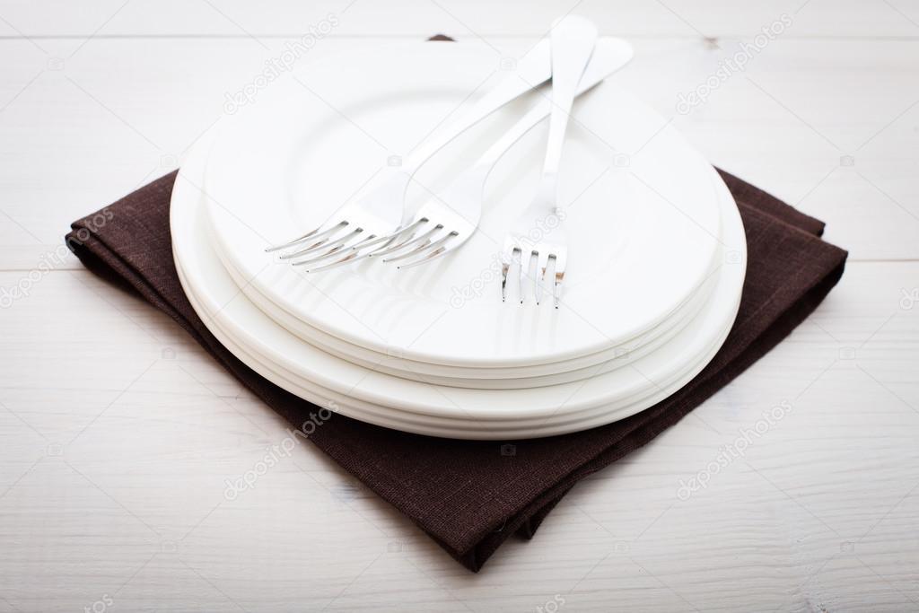 Cucina. Tavolo in legno con piatto vuoto, tovaglia per la cena ...