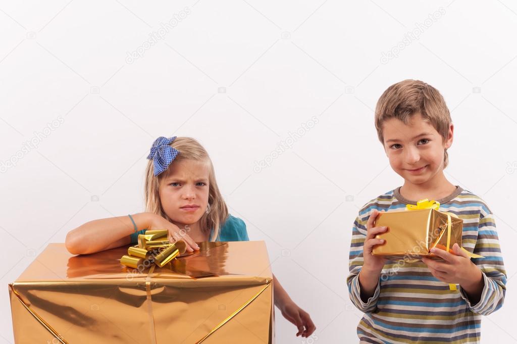 Verschiedene Geschenke, verschiedene Emotionen — Stockfoto ...