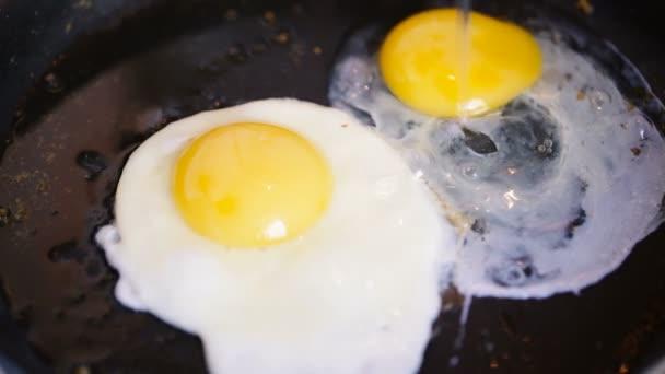 Egy tojás egy serpenyőben sült adjunk hozzá még egy.