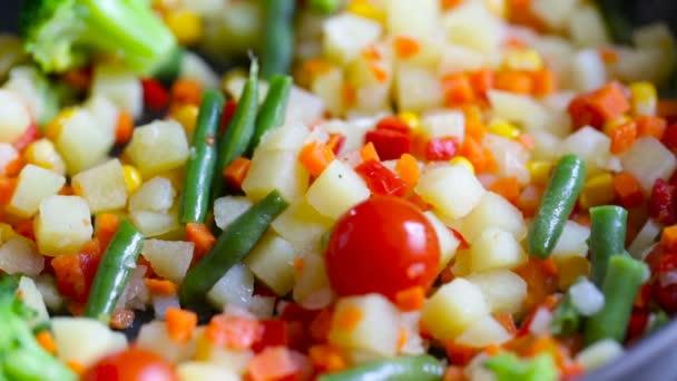 Pěkný vegetariánský salát z různých zeleniny smíšené dřevěné špachtle.