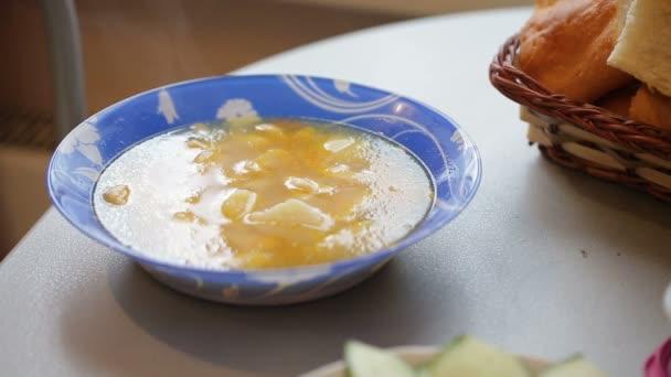 Horká polévka na stůl