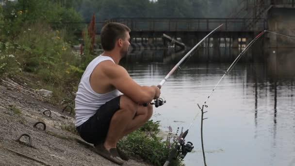 A fiatalember halászat, a parton