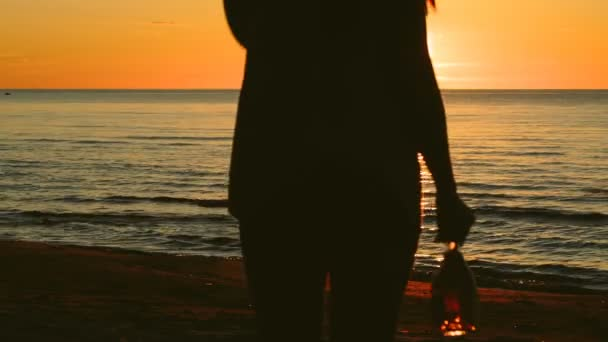 Девушка с бутылкой видео фото 692-489