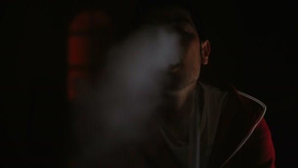 Hombre fuma cachimba en un cuarto oscuro — Vídeo de stock ...