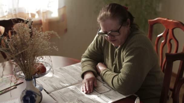 Großmutter liest Zeitung