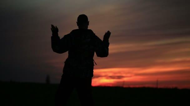 chlap tance moderní tanec při západu slunce