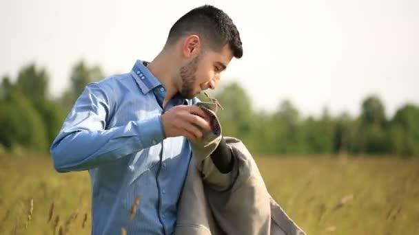 mladý muž obchodník sundá sako