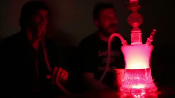 Jóvenes, fumar shisha en cuarto oscuro — Vídeos de Stock ...