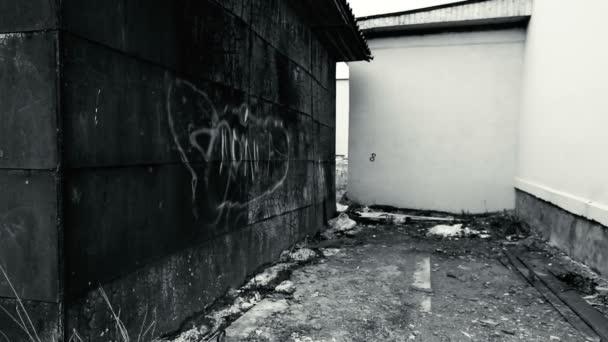 Prázdné místo mezi rezavé garáže a nové bílé budovy