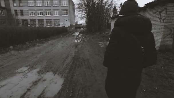 Holka jede na polní cestě kamera sleduje ji