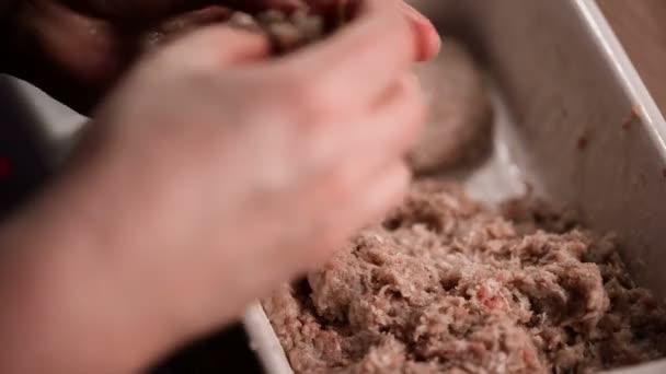 Žena dělat karbanátky z mletého masa