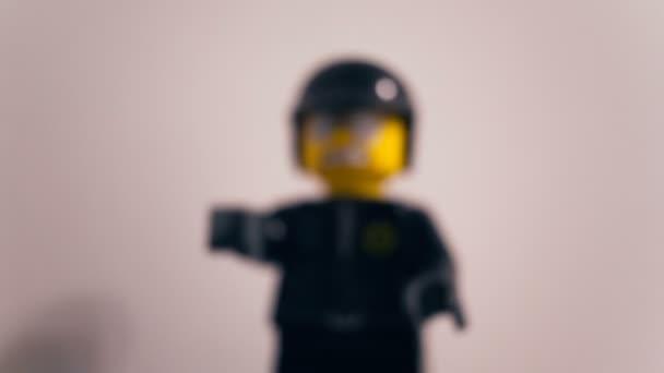 Kamera přiblíží černé hračky hodinky později součástí této hračky