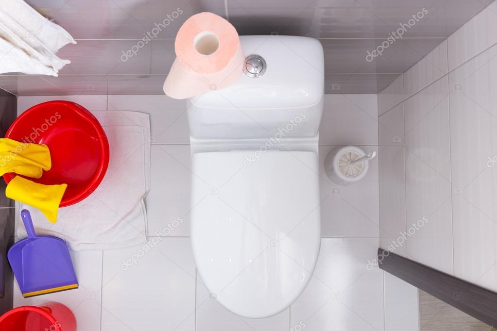 Vista dall alto di un bagno con prodotti per la pulizia u foto